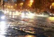 Bakı selə təslim olur - Nazirlik 17 nəfəri xilas etdiyini bildirir (VİDEO)
