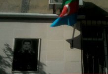 Milli Qəhrəmanın başı üzərində tərs asılan bayraq (FOTO-VİDEO)