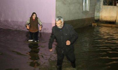 Bakıda 30-a yaxın ev su altında qadı (FOTOLAR)