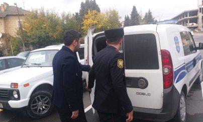 Bakıda vətəndaş taksiyə minərkən polis tərəfindən saxlanılıb