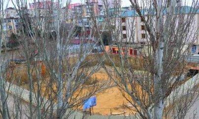 Bakıda 4 binanın həyətinə çoxmərtəbli tikilinin özülü qazıldı: Sakinlər etiraz edir (VİDEO)