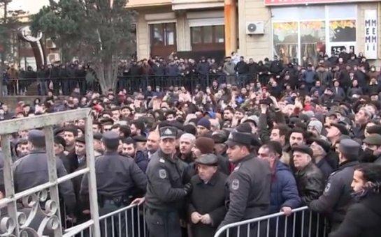 Polis mitinqdə iştirak edənlərə zəng edir